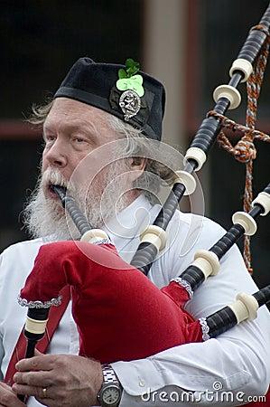 Homme irlandais jouant des cornemuses Photo stock éditorial