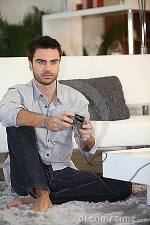 Homme jouant sur la console