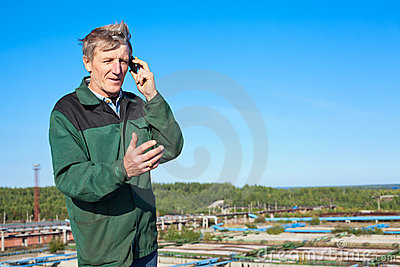 Homme mûr parlant du téléphone