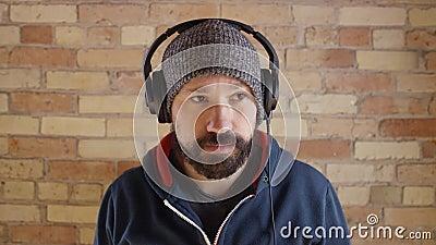 Homme mettant sur des écouteurs à la confiture clips vidéos