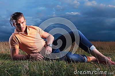Un gars (vive le titre) Homme-occasionnel-dans-l-herbe-vous-regardant-33659102