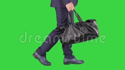 Homme occup? marchant avec le sac en cuir sur un ?cran vert, cl? de chroma clips vidéos