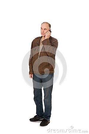Homme parlant par le téléphone