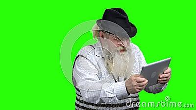 Homme plus ?g? ?nergique jouant le jeu d'ordinateur en ligne banque de vidéos