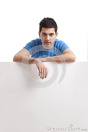 Homme retenant un panneau-réclame blanc