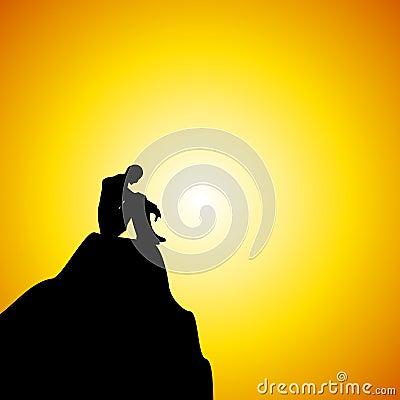 Homme seul s asseyant sur la montagne au coucher du soleil