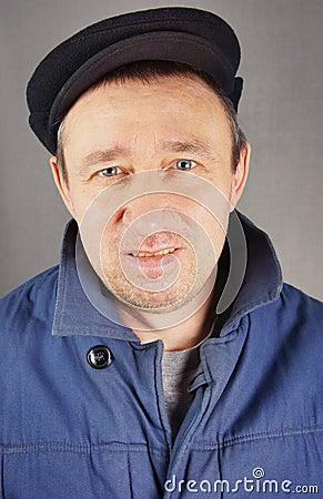 Homme Unshaved avec le regard fixe peu amical