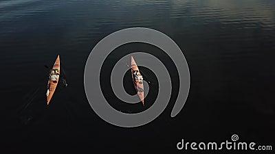 Hommellengte van twee volwassenen het kayaking stock videobeelden
