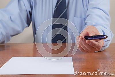 Hommes avec le crayon lecteur et la feuille