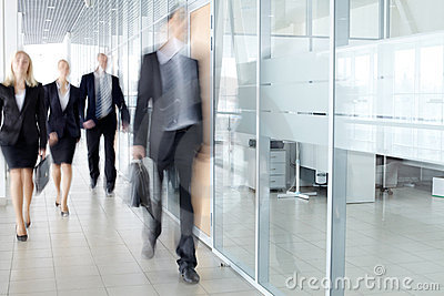 Hommes d affaires dans le couloir