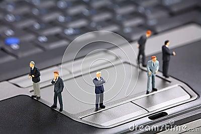 Hommes d affaires sur un ordinateur portatif