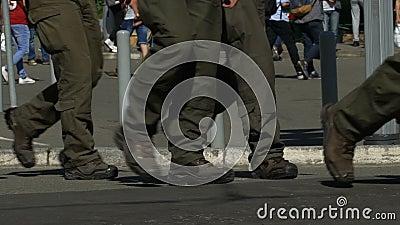 Hommes dans le cordon d'uniforme militaire outre du bâtiment, menace de l'acte de terroriste, lent-MOIS banque de vidéos