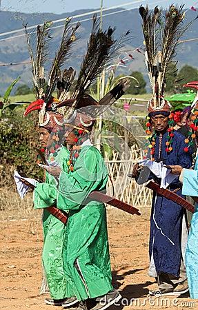Hommes traditionnels de Jingpo à la danse Image stock éditorial