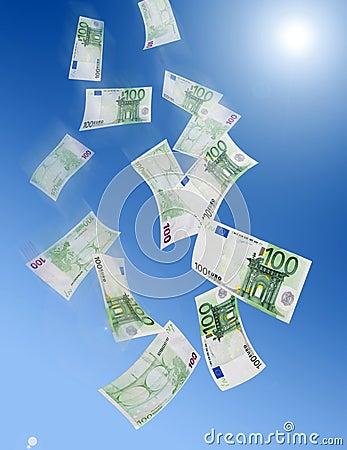 Honderd het euro bankbiljetten vallen