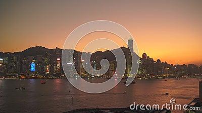 Hong Kong, China - 06 de dezembro de 2019: 4k Linha do sol do porto de Victoria vídeos de arquivo