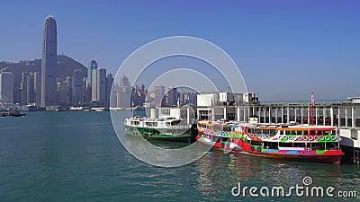 Hong Kong, China - DEC 06, 2019: 4k Porto de Victoria com embarcações turísticas video estoque