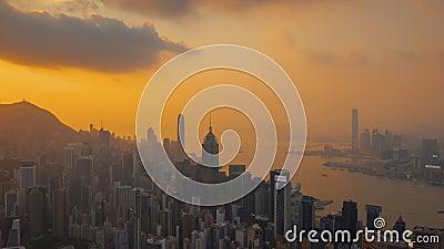 HONG KONG - MAYO DE 2018: Opinión aérea el distrito central y Victoria Bay Puesta del sol sobre el pico de Victoria con las nubes metrajes
