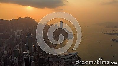 HONG KONG - MAYO DE 2018: Opinión aérea el distrito central y Victoria Bay Puesta del sol sobre el pico de Victoria con las nubes almacen de metraje de vídeo