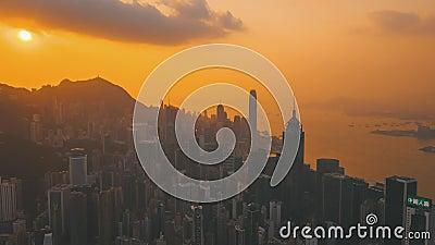 HONG KONG - MAYO DE 2018: Opinión aérea el distrito central y Victoria Bay Puesta del sol sobre el pico de Victoria con las nubes almacen de video