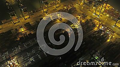 Hong Kong Powietrzna v6 Latająca depresja nad wielkim stoczni terminal przy nocą zdjęcie wideo