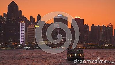 Hongkong, China - DEC 06, 2019: 4k Victoria Hafen mit Skyline und Touristenbooten nachts stock video footage