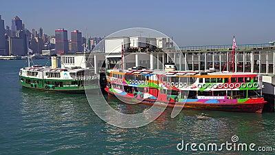 Hongkong, China - DEC 06, 2019: 4.000 Victoria-haven met toeristische boten stock video