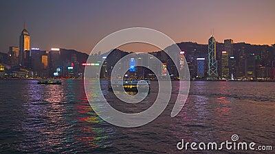 Hongkong, China - DEC 06, 2019: 4.000 Victoriahaven met skyline en toeristenboten 's nachts stock video