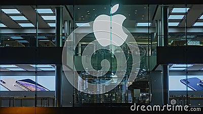 Hongkong, Chine - août 2019 : Symbole de la célèbre marque Apple sur la construction de magasins et le reflet des gens dans la vi banque de vidéos