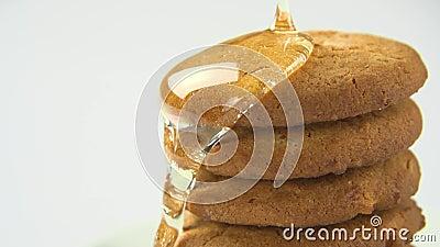 Honingsstromen op koekjes stock footage