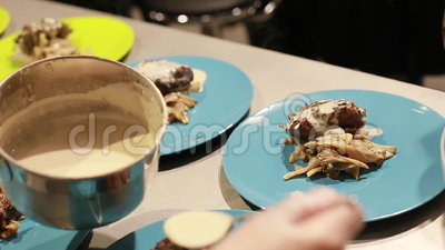 Hoofdklassenvoedsel De handen van de kok dienen voedsel in platen, selectieve nadruk stock footage