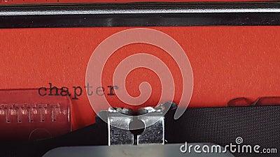 Hoofdstuk 3 - op een oude uitstekende schrijfmachine wordt getypt die Gedrukt op rood document Het rode document wordt opgenomen  stock video