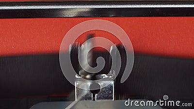 Hoofdstuk 2 - op een oude uitstekende schrijfmachine wordt getypt die Gedrukt op rood document Het rode document wordt opgenomen  stock footage
