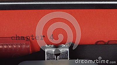 Hoofdstuk 4 - op een oude uitstekende schrijfmachine wordt getypt die Gedrukt op rood document Het rode document wordt opgenomen  stock video