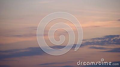 Horário de 4K pôr do sol dramático Cor-de-rosa, cor-de-rosa, laranja vermelho e nuvens azuis no céu filme