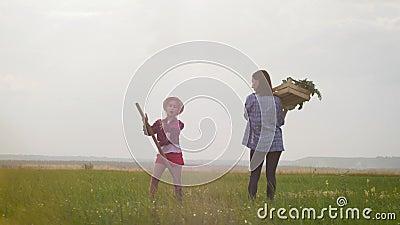 Hora de colheita da mãe e da filha Filha engraçada colhendo girassol na fazenda vídeos de arquivo