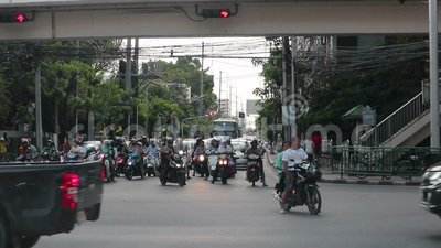 Hora de rush - carros presos no trânsito na estrada Dindang Bangkok Tailândia vídeos de arquivo