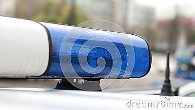 Hora del día Carro de la policía azul con enfoque selectivo y bokek blur metrajes