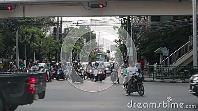 Hora punta - autos atascados en embotellamiento en la carretera Dindang Bangkok Tailandia almacen de metraje de vídeo