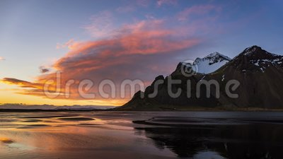 4.000 horas de caída de la montaña Vestrahorn al atardecer, Islandia metrajes