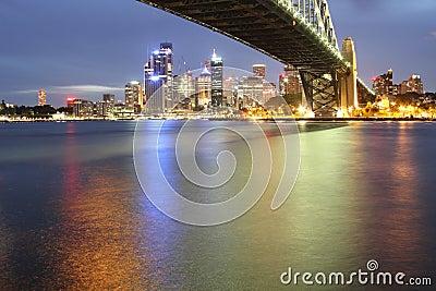 Horizon de Sydney avec la passerelle de port la nuit
