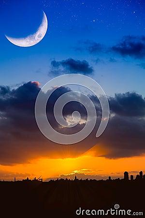 Horizon de ville au lever de soleil ou coucher du soleil - Heure de lever et coucher de la lune ...