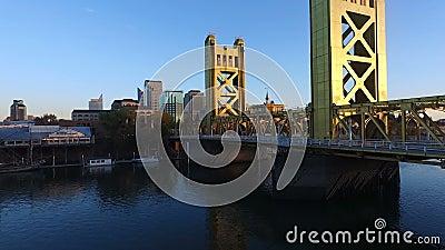 Horizon du centre de la Californie de capitale du fleuve Sacramento de pont de tour banque de vidéos