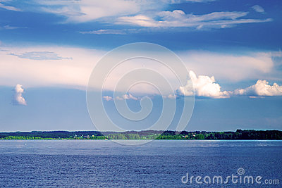 Horizon line between sky and water