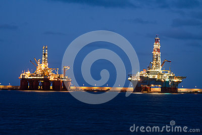 Horizontal oil drilling platforms at night in Cana
