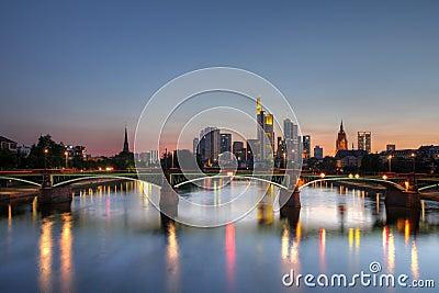 Horizonte de Frankfurt-am-Main en el crepúsculo, Alemania
