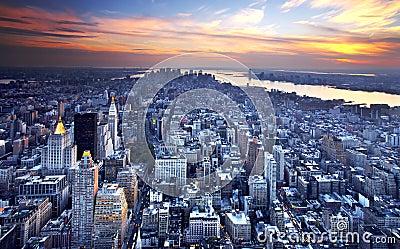 Horizonte de Nueva York en la oscuridad