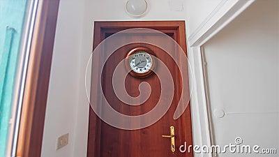 Horloge en bois Timelapse sur la porte banque de vidéos