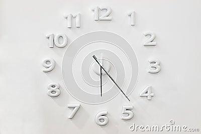 Horloge murale blanche photo stock image 42634880 - Grande horloge murale blanche ...
