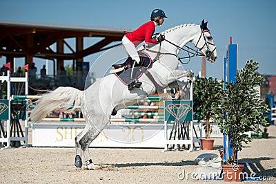 b72c5c7268c5c SKOKI PRZEZ PRZESZKODY olimpijska konkurencja jeździectwa, jedna z siedmiu  wspieranych przez Międzynarodową Federację Jeździecką (FEI).
