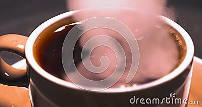 Horyzontalny wizerunek biała antykwarska filiżanka czarnej kawy obsiadanie na poręczu z parowym wydźwignięciem z w górę tła czern zbiory